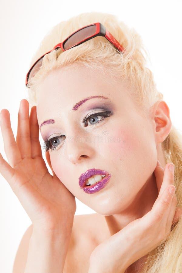 Blonde regard concerné jeune par femme image libre de droits