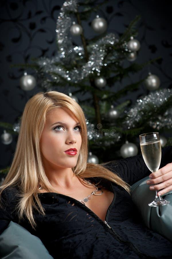 Blonde reizvolle Frau mit Champagner auf Weihnachten stockfoto