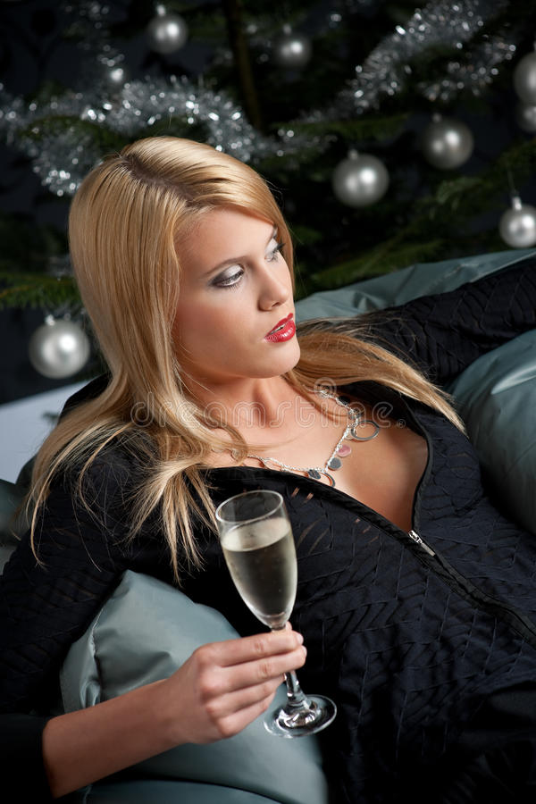 Blonde reizvolle Frau mit Champagner auf Weihnachten lizenzfreies stockfoto