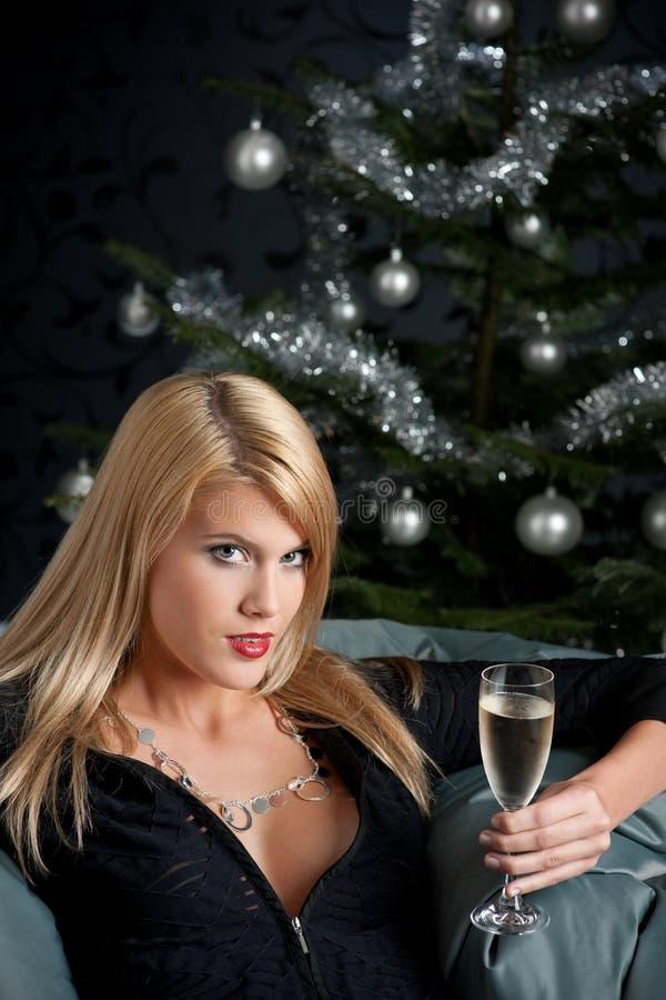 Blonde reizvolle Frau mit Glas Champagner stockfotografie