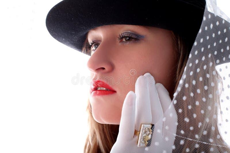 Blonde in retro stijl met vail in hoed royalty-vrije stock fotografie