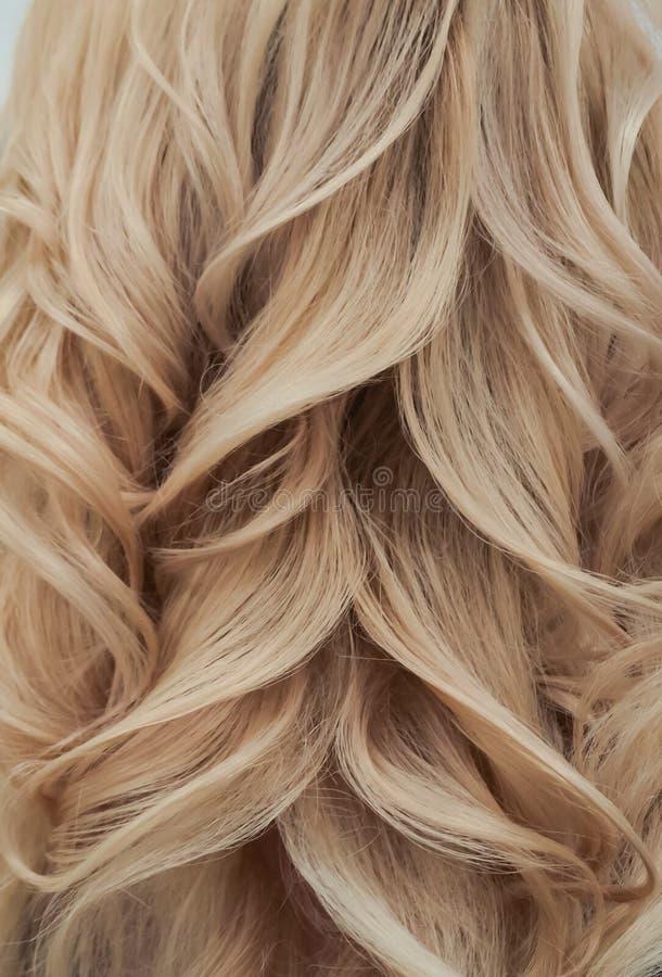 Blonde Rotationen Abschluss oben Moderne Frisur mit Locken stockfotos
