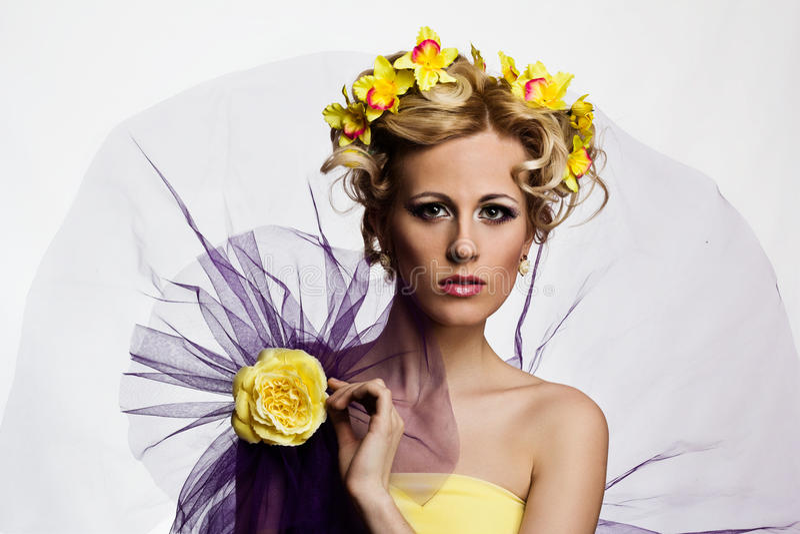 Blonde schöne Frau mit Blumen stockbilder