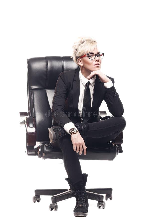 Blonde schöne Geschäftsdame in den weißen Hemdbrillen schwarze SU stockfoto