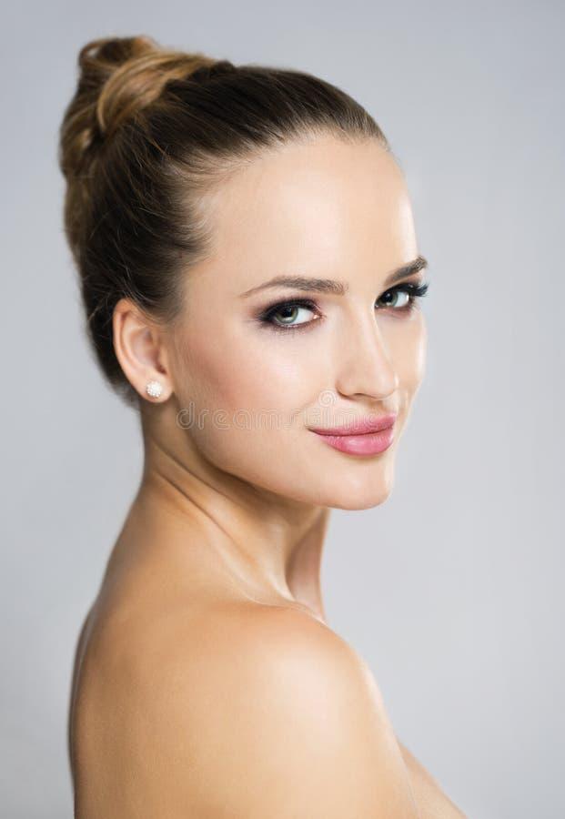 Blonde schoonheid in make-up stock afbeelding