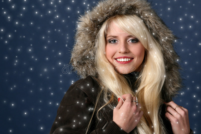 Blonde 'sexy' bonito no fundo do inverno imagem de stock royalty free