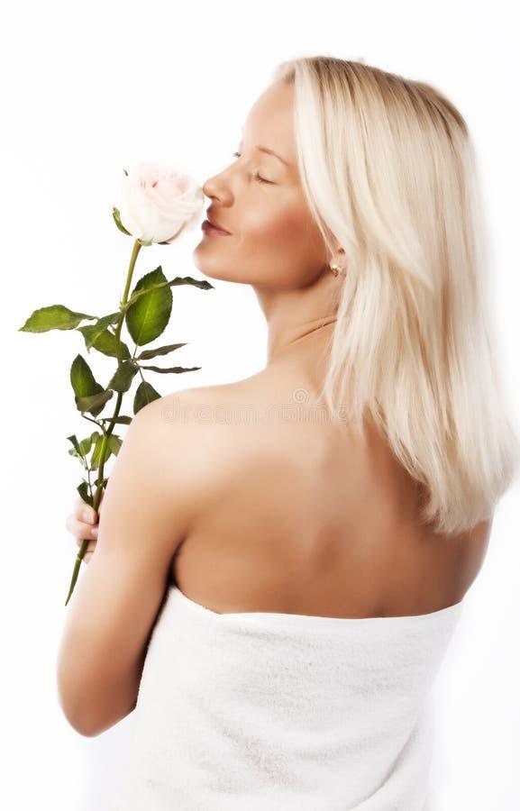 Blonde sexy che tiene una rosa fotografia stock