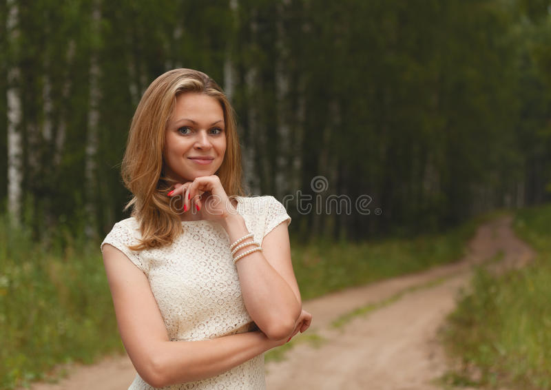 Blonde sexy de fille contre la nature images stock