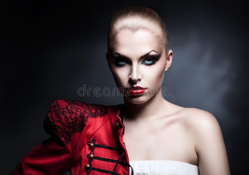Blonde sexy Frau in der roten Jacke mit den roten Lippen lizenzfreies stockfoto