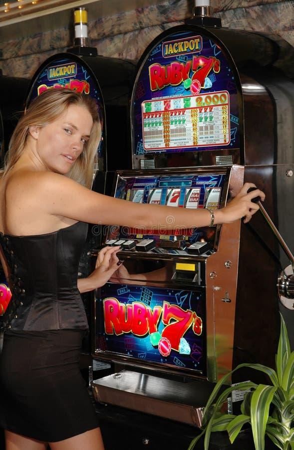 Blonde sinnliche Frau - Spielautomaten - Glück-Geld stockbild