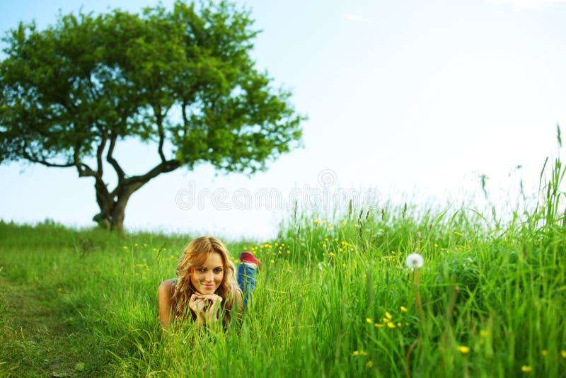 Blonde sotto l'albero fotografie stock libere da diritti
