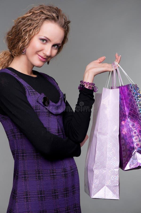 Blonde souriante avec des sacs en papier image libre de droits