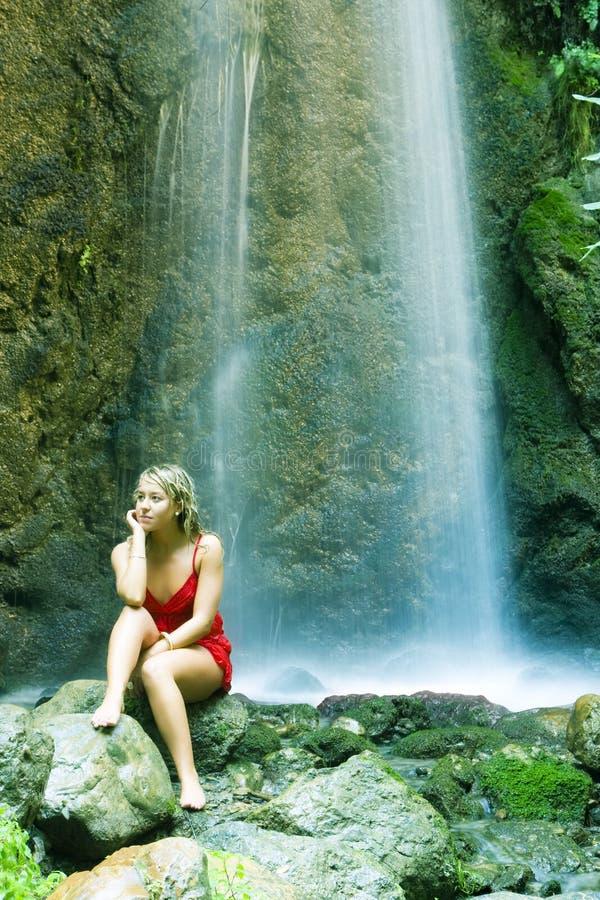blonde sous la cascade à écriture ligne par ligne photographie stock libre de droits