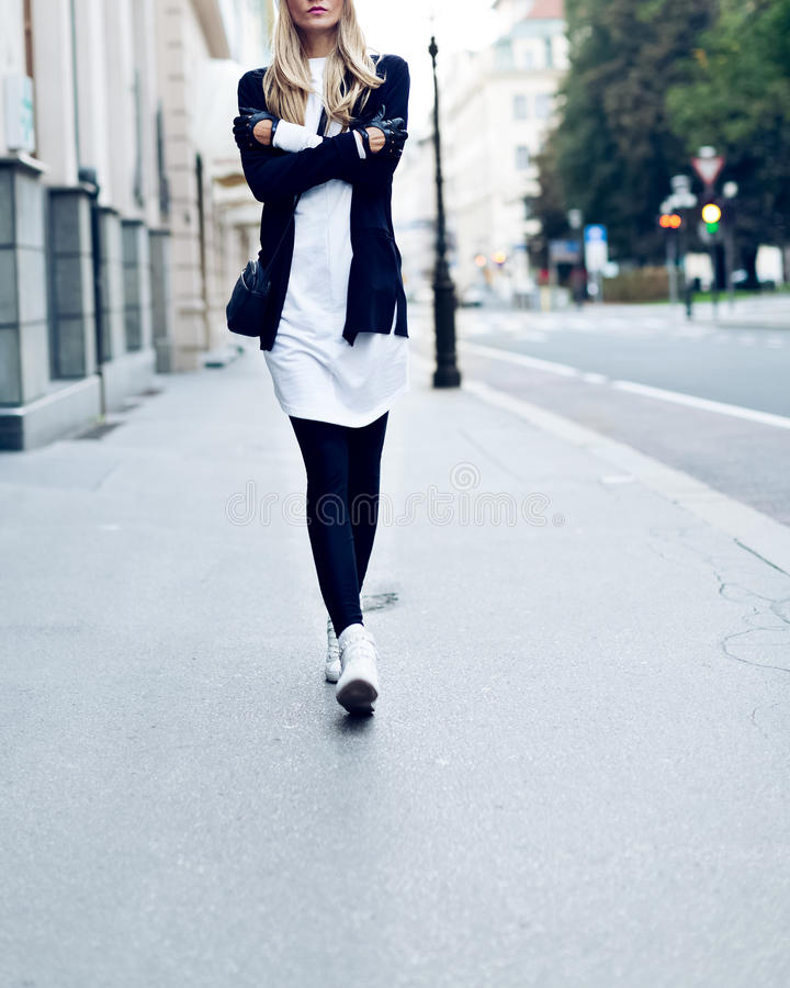 Blonde sur la rue Style occasionnel de mode urbaine photo stock
