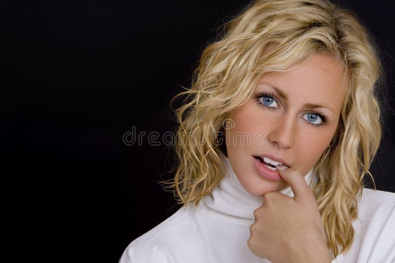 Blonde sur le noir photos stock