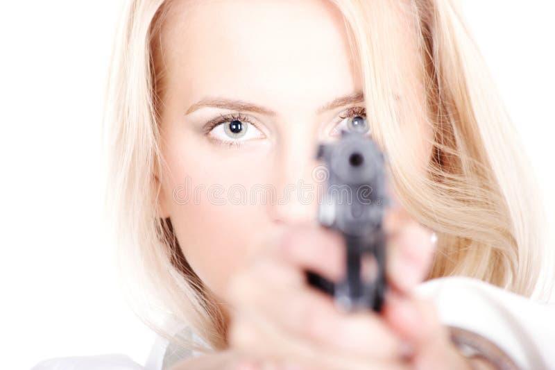 Blonde sveglio con una pistola fotografia stock