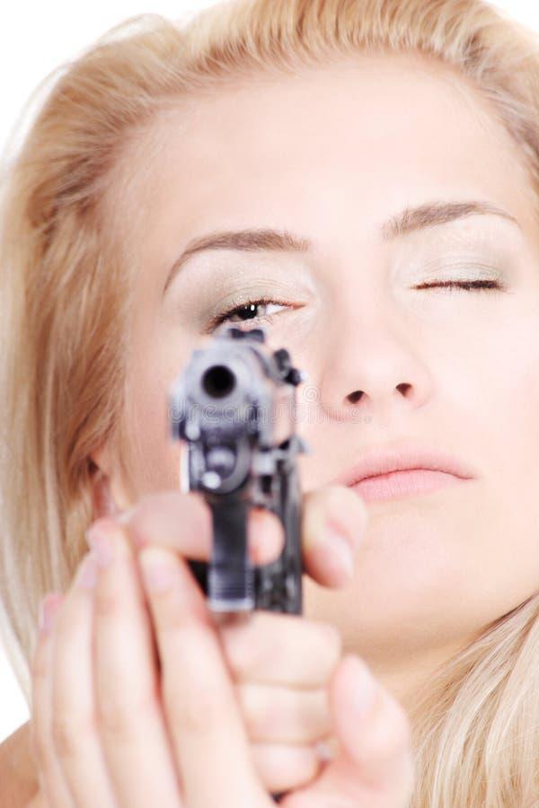 Blonde sveglio con una pistola fotografia stock libera da diritti