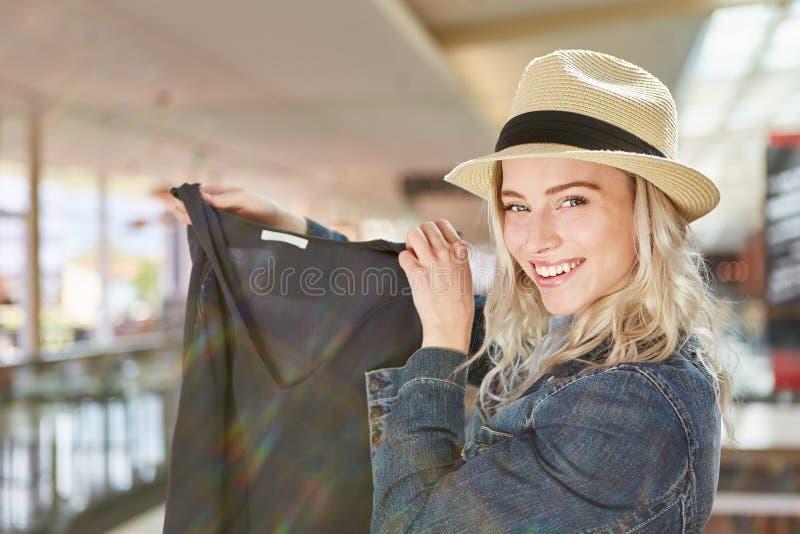 Blonde tiener als gelukkige koper stock foto's
