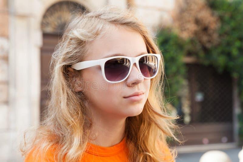 Blonde tiener in zonnebril, close-upfoto royalty-vrije stock afbeelding