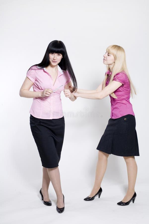 Blonde und Brunetfreunde lizenzfreie stockbilder