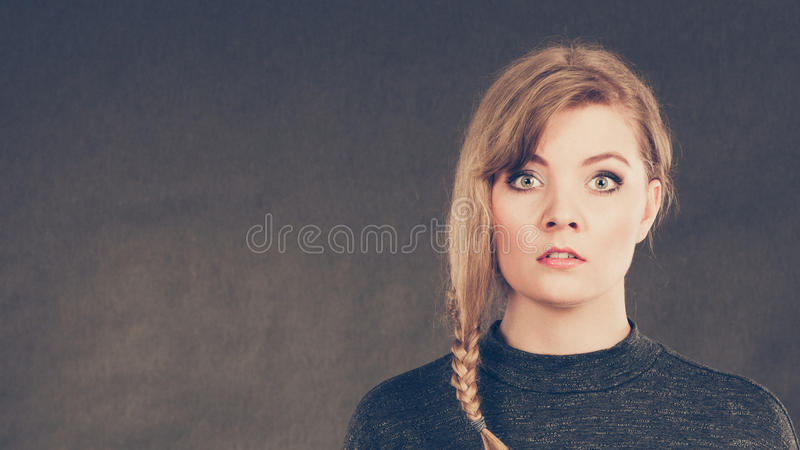 Blonde verwirrte erschrockene Frau stockfotografie