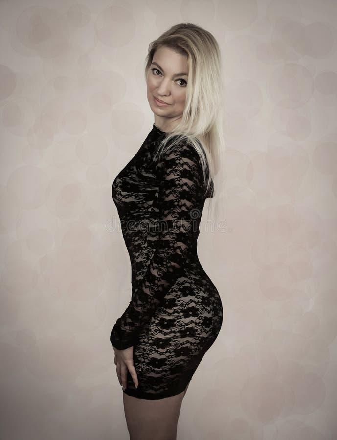Blonde in vestito nero fotografia stock libera da diritti