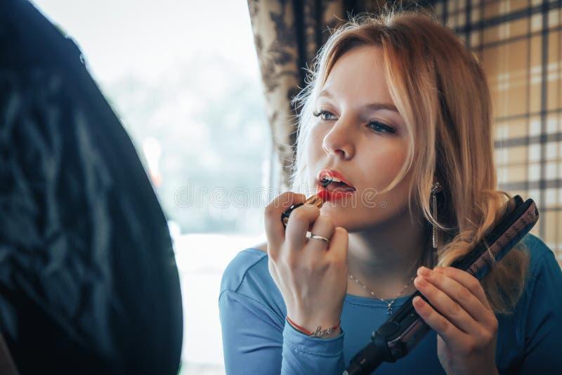 Blonde vrouw in blauwe kleding in koffie royalty-vrije stock afbeeldingen