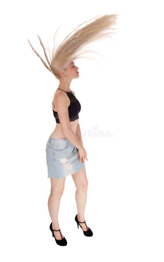 Blonde vrouw die haar lang haar vliegen stock fotografie