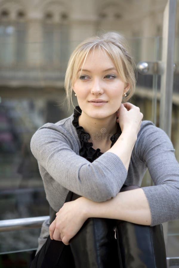 Blonde vrouw die na het winkelen rust royalty-vrije stock afbeelding