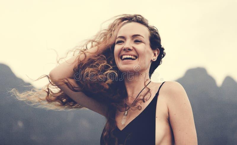 Blonde vrouw die van de de zomerwind genieten royalty-vrije stock afbeelding