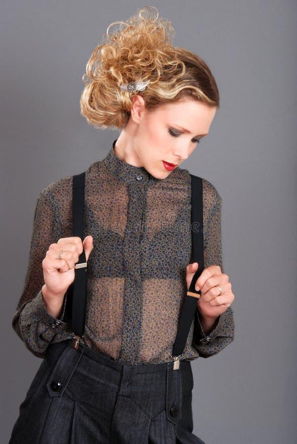 Blonde vrouw die zwarte bretels draagt stock foto