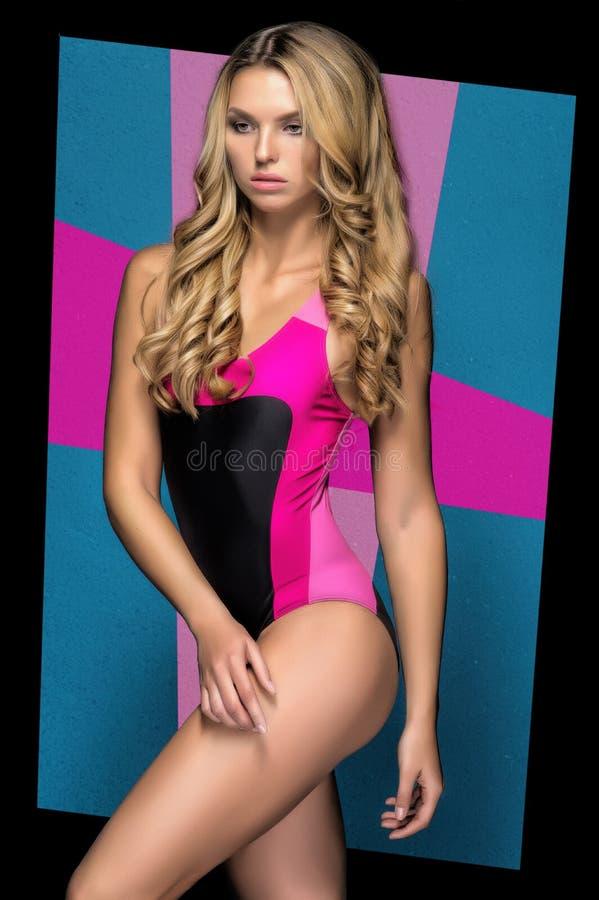 Download Blonde Vrouw In Een Helder Zwempak Stock Afbeelding - Afbeelding bestaande uit zwempak, zwart: 54079803