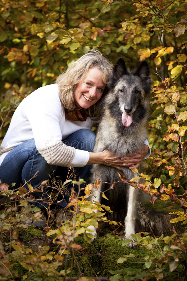 Blonde vrouw met Belgische herder stock fotografie