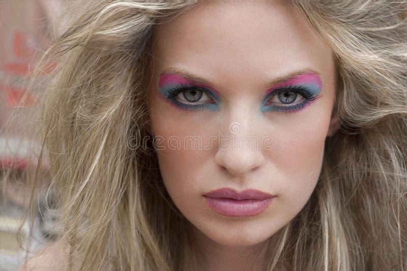 Blonde vrouw met dramatische ogen stock afbeelding
