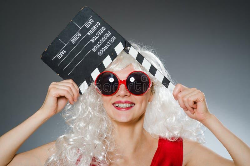 Blonde vrouw met film royalty-vrije stock afbeelding