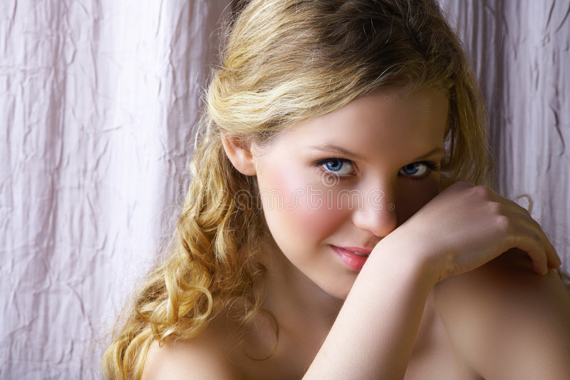 Blonde vrouw met glimlach stock fotografie