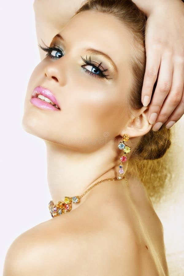Blonde vrouw met halsband en glimlach stock fotografie