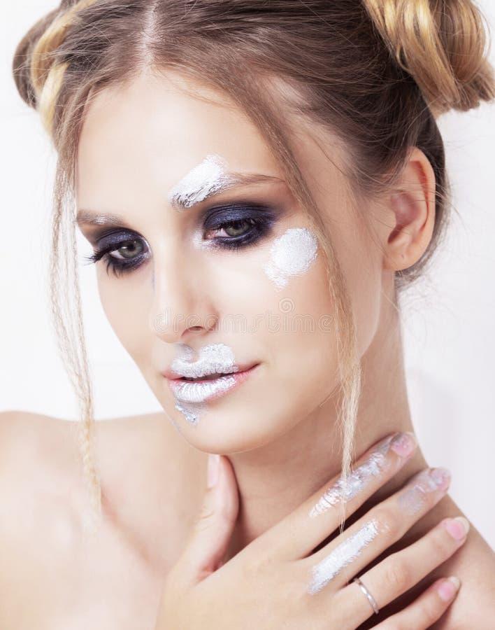 Blonde vrouw met het fonkelen zilveren make-up stock afbeeldingen
