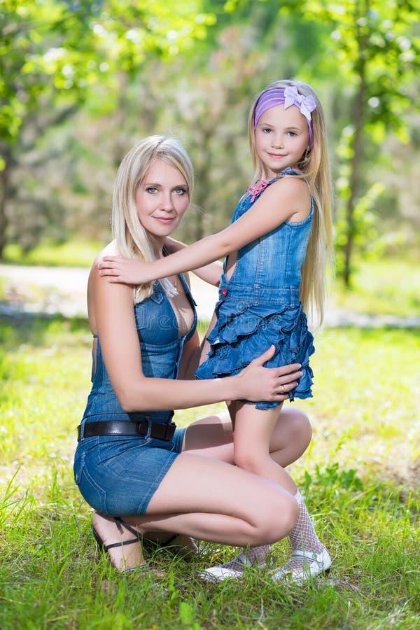 Blonde vrouw met meisje royalty-vrije stock afbeeldingen