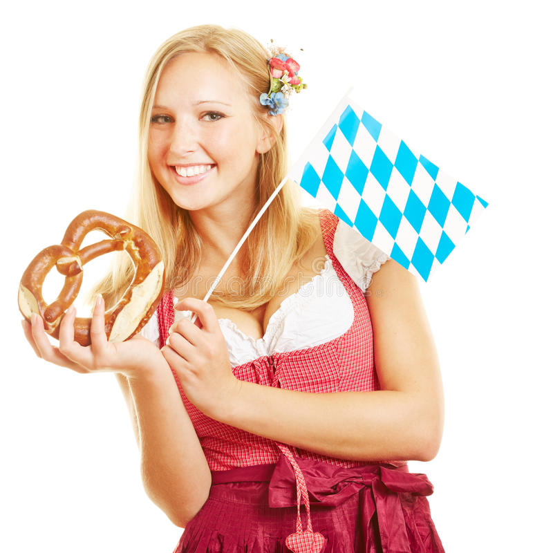 Blonde vrouw met pretzel royalty-vrije stock foto's