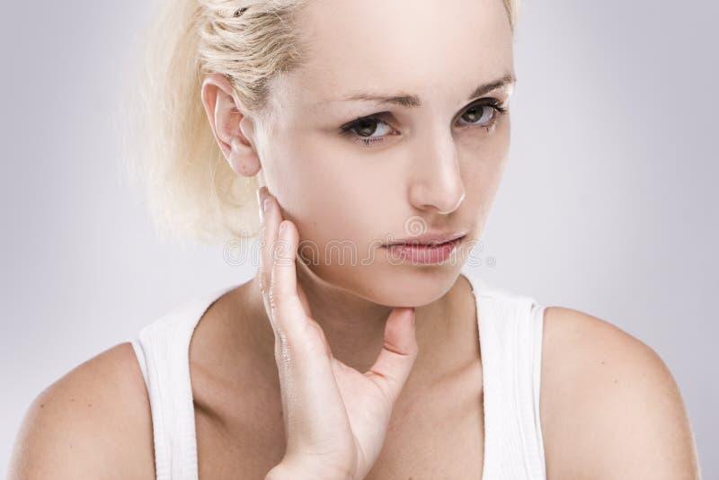 blonde vrouw met tandpijn stock fotografie