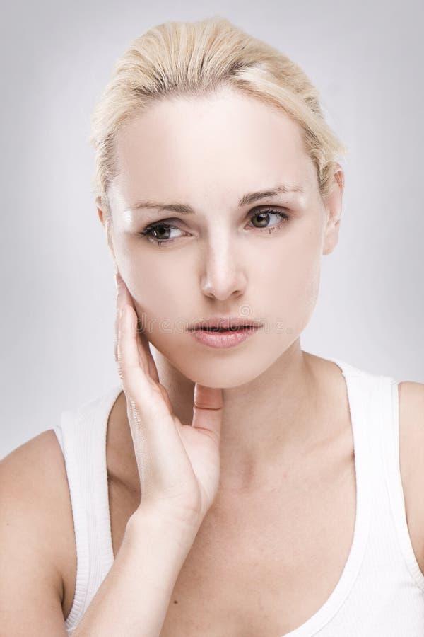 blonde vrouw met tandpijn stock afbeeldingen