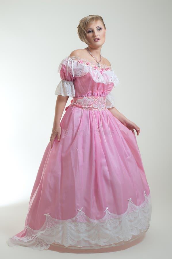 Blonde vrouw in mooie lange kleding stock fotografie