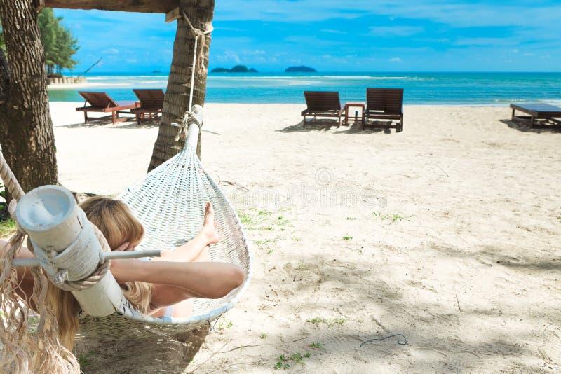 Blonde vrouw in slaap in een hangmat. royalty-vrije stock afbeelding