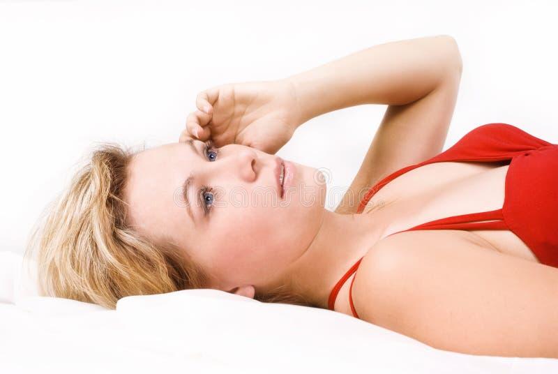 Blonde vrouw van de sensualiteit in rood royalty-vrije stock afbeelding