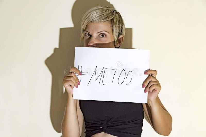 blonde Vrouw van metoo beweging stock afbeelding