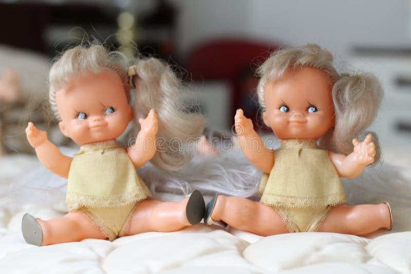 Blonde vrouwelijk stuk speelgoed tweelingenportret royalty-vrije stock foto's