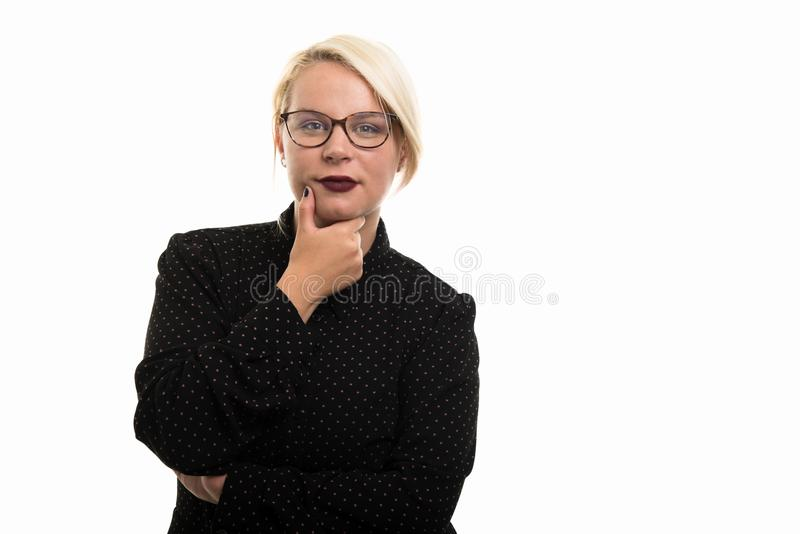 Blonde vrouwelijke leraar die glazen dragen die het denken gebaar tonen royalty-vrije stock afbeelding