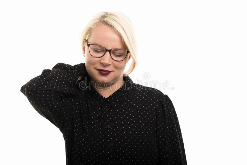 Blonde vrouwelijke leraar die glazen dragen die het gebaar van de halspijn tonen royalty-vrije stock foto's