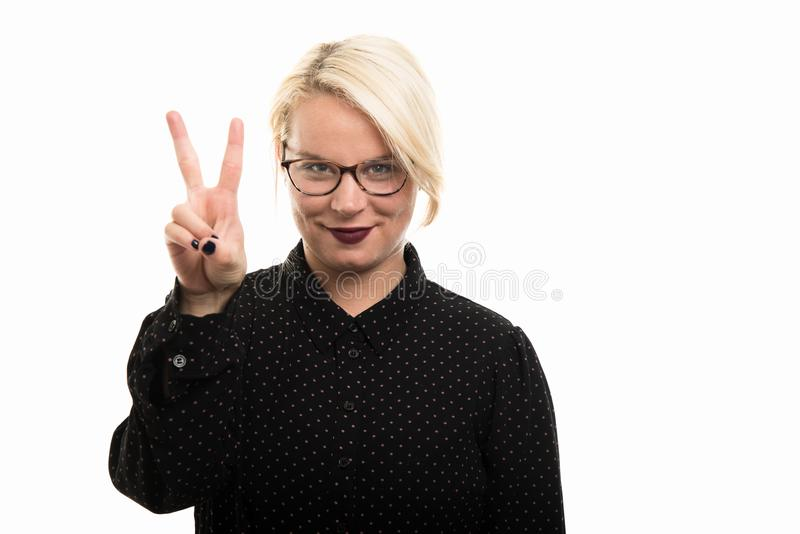 Blonde vrouwelijke leraar die glazen dragen die nummer twee met FI tonen royalty-vrije stock foto